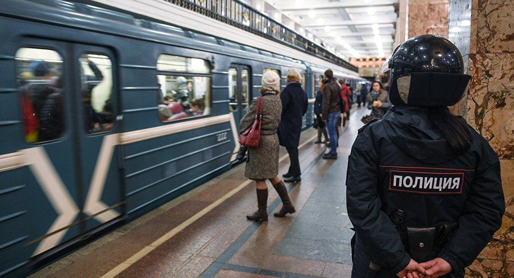 Сотрудник полиции на станции метро.