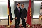 Германиянын Гамбург шаарында жеке мектептин директору, кыргызстандык Азизбек Турдалиев (оң тарапта)