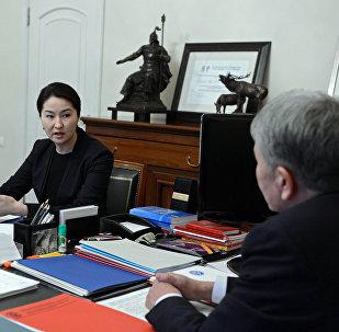 Президент КР Алмазбек Атамбаев во время встречи с Генеральным прокурором Кыргызской Республики Индирой Джолдубаевой