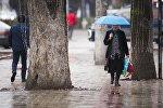 Женщина с зонтом во время дождливой погоды. Архивное фото