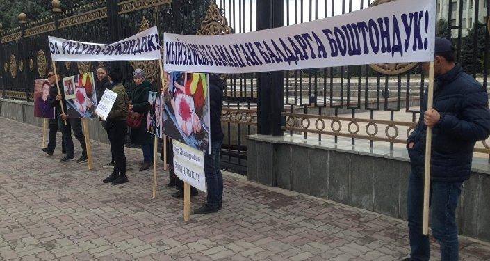 В Бишкеке у здания Жогорку Кенеша проходит митинг в поддержку экс-депутата Садыра Жапарова, главное требование собравшихся — обеспечить безопасность арестованному