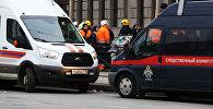 Автомобиль аварийно-спасательной службы и автомобиль следственного комитета РФ у станции метро Технологический институт в Санкт-Петербурге, где произошел взрыв.
