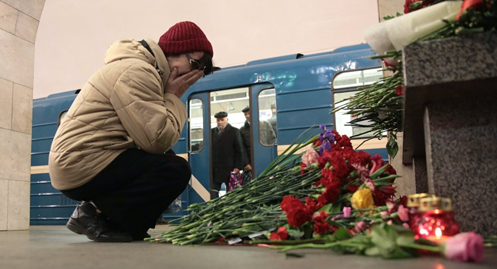 Женщина на станции метро Технологический институт в Санкт-Петербурге, где накануне произошел взрыв.
