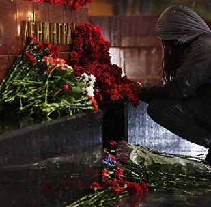 Девушка возлагает цветы к мемориалу города Ленинград на Аллее Городов-героев в Москве в память о погибших в результате взрыва в метрополитене Санкт-Петербурга.