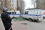 Сотрудник полиции на месте взрыва у школы в Ростове-на-Дону.