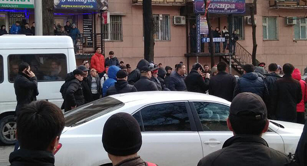 Кадры задержания участкового возле Ошского рынка