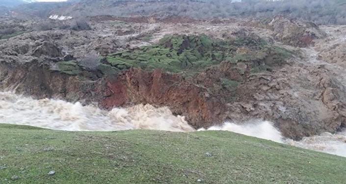 Базар-Коргон районундагы Талды-Булак айыл аймагында жер көчүп, дарыя суусун бөгөп калган