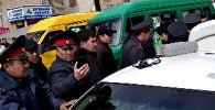 Как задерживали милиционера около Ошского рынка — видео очевидца
