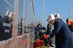 Президент КР Алмазбек Атамбаев, почтил память погибших героев революции, возложив венок к монументальной доске у их могил в мемориальном комплексе Ата-Бейит