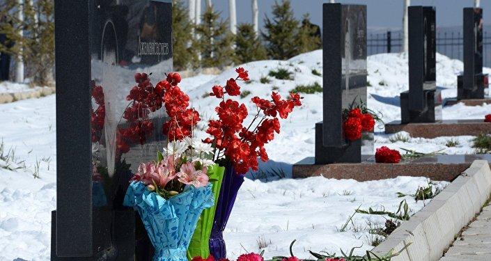 Ошондой эле Атамбаев 2002-жылы Аксы жана 2010-жылы Апрель окуяларында элдин эркиндиги үчүн курман болгондорго арналып орнотулган Бишкектеги Ала-Тоо аянтында жайгашкан монументке гүл коюп, апрель революциясынын баатырларын эскерди.
