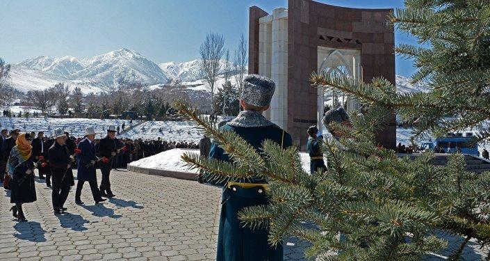 Президент Алмазбек Атамбаев баштаган бийлик өкүлдөрү бүгүн апрель окуясында курман болгондорду эскерип, алардын мүрзөсүнө гүлчамбар койду