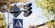 Неработающий светофор на одной из улиц города Бишкека.