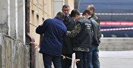 Сотрудники Следственного комитета России (СКР) на месте взрыва у школы в Ростове-на-Дону