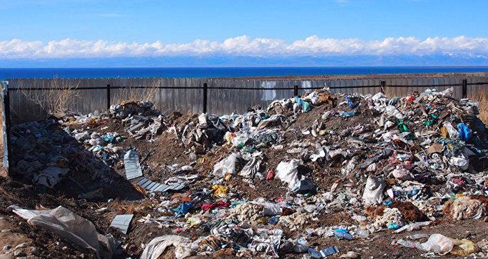 Стихийная мусорная свалка в непосредственной близости от озера Иссык-Куль.