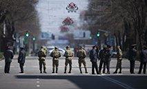 Сотрудники МВД перекрывают дорогу. Архивное фото