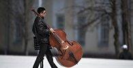 Музыкант с контрабасом на площади Ала-Тоо в Бишкеке. Архивное фото
