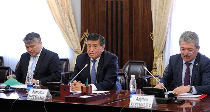 Премьер-министр Сооронбай Жээнбеков Эл аралык валюта фондунун делегациясын кабыл алуу учурунда
