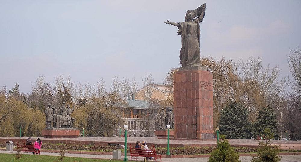 Бишкек шаарындагы Уркуя Салиеванын эстелиги. Архив
