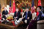Президент США Дональд Трамп и первая леди Мелания Трамп приветствуют китайского президента Си Цзиньпина и первой леди Пэн Лиюань в поместье Мар-а-Лаго в Палм-Бич, штат Флорида, США. 6 апреля 2017 года