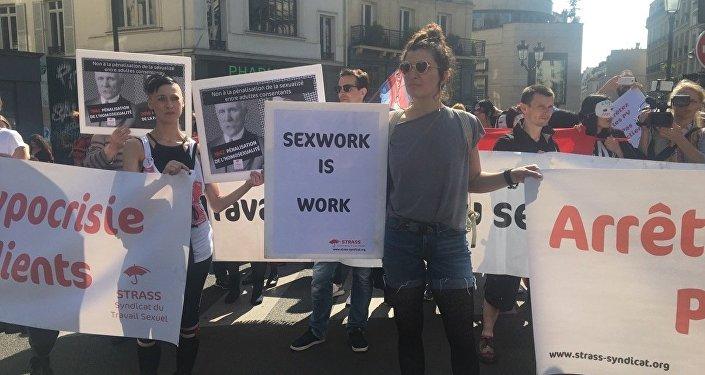 Проститутки устроили марш протеста вцентре Парижа