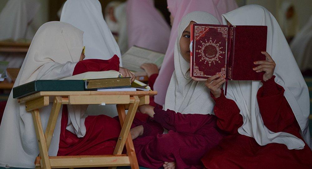 Медреседеги кыздар. Архивдик сүрөт