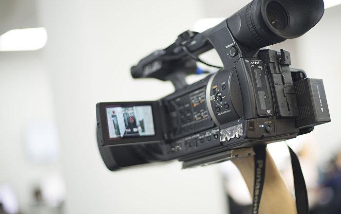 Видеооператор во время съемок. Архивное фото