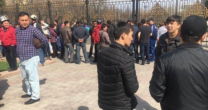 Акция протеста вначале проходила у здания мэрии Бишкека, затем они направились к зданию Жогорку Кенеша. На демонстрацию пришли около 20 продавцов.