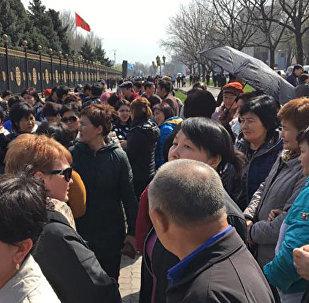 Арендаторы подземного перехода, расположенного на пересечении проспектов Манас и Чуй на митинге у здания ЖК