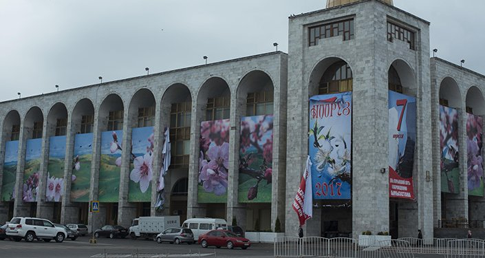 Также на площади порвало баннеры, вывешенные на время празднования Дня Апрельской революции.