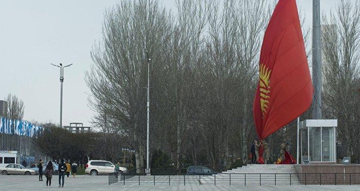 Военнослужащие Национальной гвардии оперативно поменяли государственный символ.