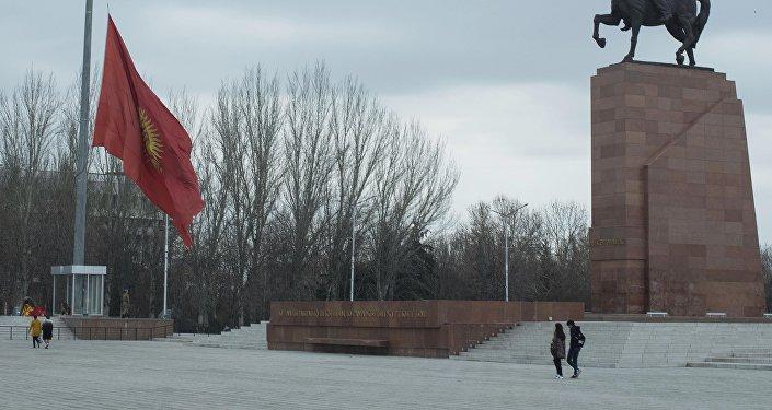 Сильный ветер порвал флаг на площади Ала-Тоо.
