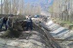 Баткен облусундагы чек арага жакын айылдарда сугат каналдарды эл ашар жолу менен ондоп алып жатат