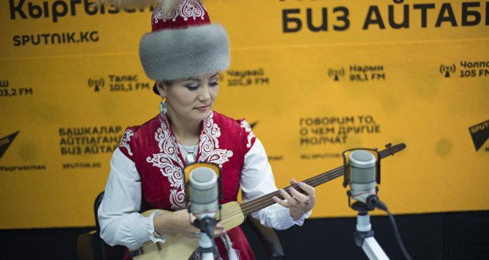 Фольклор ырчысы Гүлнара Раймалиева маек учурунда