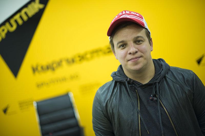 Резидент Азии Mix Ростислав Ященко во время интервью на радио Sputnik Кыргызстан