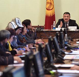 Бишкек шаарынын мэри Албек Ибраимов жер алдындагы өтмөктө соода кылгандар менен жолукту