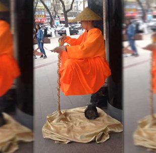 Бишкекте абада калкып отурган монах көпчүлүктүн көңүлүн бурду