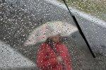 Девушка с зонтом во время дождя (вид через лобовое стекло автомобиля). Архивгле фльл