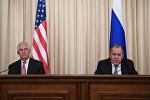Министр иностранных дел РФ Сергей Лавров и Государственный секретарь США Рекс Тиллерсон (слева) во время совместной пресс-конференции по итогам переговоров в Москве.