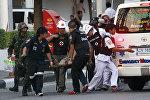 Спасатели и медики оказывают помощь пострадавшему в Таиланде. Архивное фото
