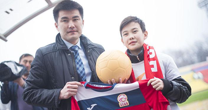 Ал эми КРдин Футбол федерациясынын башкы катчысы Медербек Сыдыков жаш талантка топ жана улуттук кураманын формасын тапшырды.