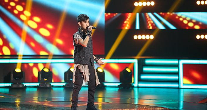 Архивное фото участника шоу Ты супер на НТВ  Урмата Мырсаканова во время выступления
