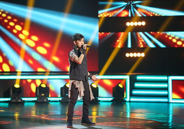 Участник шоу Ты супер на НТВ  Урмат Мырсаканов во время выступления