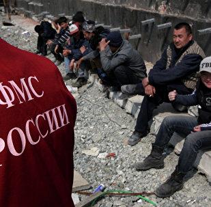 Иностранные рабочие во время проведения рейда по выявлению нелегальных мигрантов. Архивное фото