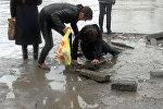 Зловещая ловушка — яма с водой в Бишкеке стала бедой для горожан