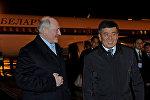 В международном аэропорту Манас Президента Республики Беларусь встретил Премьер-министр Кыргызской Республики Сооронбай Жээнбеков.