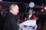 Путина в Кыргызстане встретила девушка с цветами