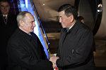Президент РФ Владимир Путин с премьер-министром КР Сооронбаем Жээнбековым во время визита главы РФ в Бишкек. Архивное фото