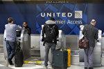 Пассажиры регистрируются у кассы United Airlines. Архивное фото