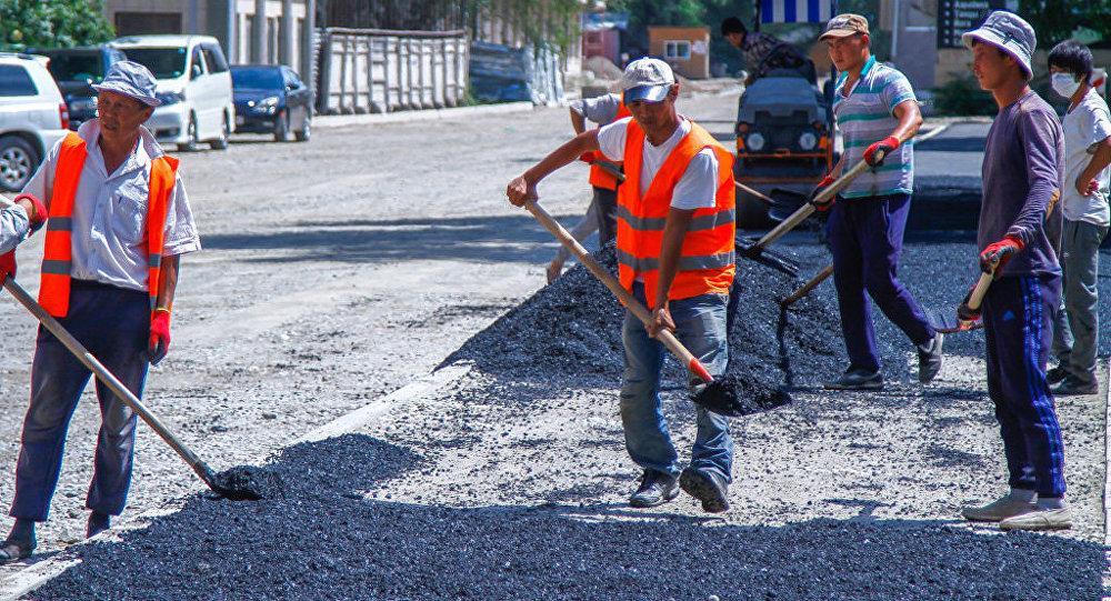 Работники муниципальных служб во время ремонтных дорог. Архивное фото