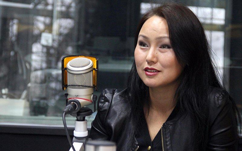 Диктор телеканала НТС Наргиза Бекназарова во время интервью Sputnik Кыргызстан